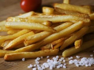 Pommes Frites mit Salz