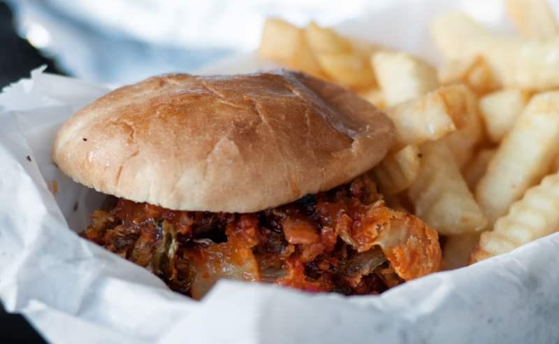 Knuspriger Bacon auf dem Burger.