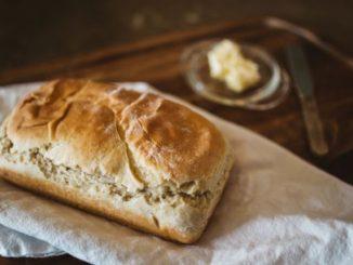 Frisches selbst gebackenes Brot mit Butter.